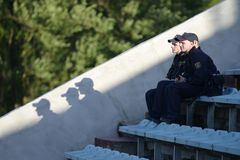 MINSK, BELARUS - 23 MAI 2018 : les policiers regarde pendant le match de football biélorusse de ligue première entre la dynamo Mi Photographie stock libre de droits