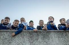 MINSK, BELARUS - 23 MAI 2018 : Petites fans ayant l'amusement avant le match de football biélorusse de ligue première entre FC Image libre de droits