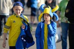 MINSK, BELARUS - 23 MAI 2018 : Petites fans ayant l'amusement avant le match de football biélorusse de ligue première entre FC Images stock