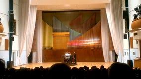 Minsk, Belarus - mars 2018 : Les gens écoutent la musique de F Liszt à un concert de la musique d'orgue banque de vidéos