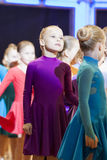 MINSK-BELARUS, NOVEMBRO, 24: pares da dança do bebê que prreparing ao sta Imagem de Stock