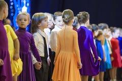 MINSK-BELARUS, NOVEMBRO, 24: pares da dança do bebê que prreparing ao sta Foto de Stock Royalty Free