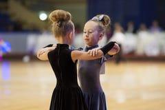MINSK-BELARUS, NOVIEMBRE, 24: El par no identificado de la danza se realiza Imagen de archivo libre de regalías