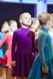 MINSK-BELARUS, NOVIEMBRE, 24: pares de la danza del bebé prreparing al sta Imagen de archivo