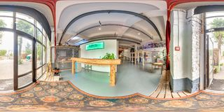 Minsk, Belarus - 2018 : panorama 3D sphérique de l'intérieur de grenier de partie avec la barre avec l'angle de visualisation 360 Images stock