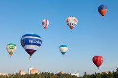 Minsk, Belarus 13-September-2014: Ansicht von Heißluft baloons flyin Lizenzfreie Stockbilder