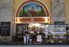 Minsk, Belarus Shop-Fenster mit traditiom Waren und altes die Sowjetunions-Artmosaik im Centralniy-gastronom stockfoto