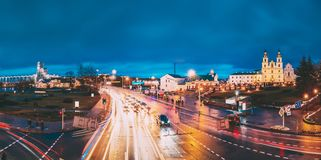 Minsk, Belarus Tráfico de la noche en la calle y la catedral iluminadas del Espíritu Santo en Minsk Ortodoxo famoso y principal imagenes de archivo