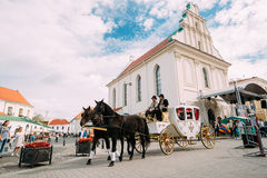 Minsk, Belarus Transporte do feriado tirado por dois cavalos, controlados Imagem de Stock Royalty Free