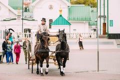 Minsk, Belarus Transporte do feriado tirado por dois cavalos, controlados Fotos de Stock Royalty Free