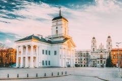 Minsk, Belarus Viejo ayuntamiento Minsk el día de Hall In Sunny Spring Evening del cuadrado de la libertad Ayuntamiento fotografía de archivo