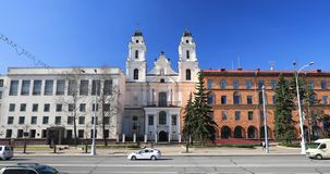 Minsk, Belarus Vista de la catedral de la Virgen Mary And Part Of Building del santo de la embajada francesa en la República de B almacen de video