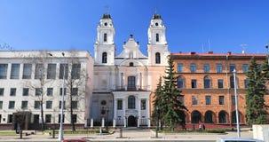 Minsk, Belarus Vista de la catedral de la Virgen Mary And Part Of Building del santo de la embajada francesa en la República de B metrajes