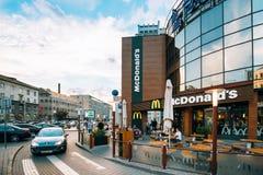 Minsk, Belarus Voiture sur le chemin de Mcdrive près du bâtiment moderne de McDonalds Image stock