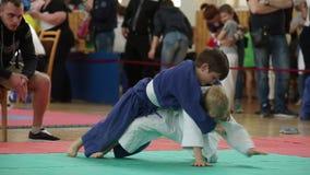 MINSK, BIÉLORUSSIE 22 avril 2018 : Le judo badine la concurrence à l'intérieur banque de vidéos