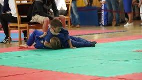 MINSK, BIÉLORUSSIE 22 avril 2018 : Le judo badine la concurrence à l'intérieur clips vidéos