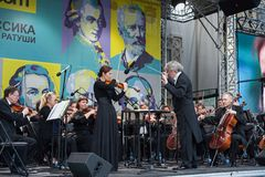Minsk, Białoruś, Lipiec 8, 2017: Stan Akademicka orkiestra symfoniczna republika Białoruś wykonuje na ulicie Dyrygent Alexa fotografia royalty free
