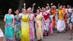 Minsk, Białoruś - august 16, 2014: Ucznie Zajęczy Krishna ruchu taniec i skandować modlitwy na miasto ulicie zdjęcie wideo