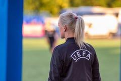 MINSK BIAŁORUŚ, CZERWIEC, - 24, 2018: UEFA inspektora spojrzenia dalej podczas Belarusian Najważniejszego liga futbolowego dopaso Zdjęcia Stock