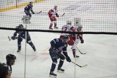 Minsk, Białoruś, 09 01 2018 - hokej zapałczany Dinamo Minsk Białoruś, Lokomotiv Yaroslavl Rosja - Obraz Royalty Free
