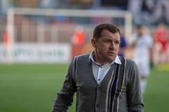 MINSK BIAŁORUŚ, KWIECIEŃ, - 7, 2018: Sergei Gurenko, trener główny FC dynamo Minsk reaguje podczas Belarusian Najważniejszego lig Obraz Royalty Free