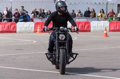 MINSK BIAŁORUŚ, KWIECIEŃ, - 24, 2016 wieprz Harley właścicieli otwarcia jeżdżenia sezonu Grupowy przedstawienie Obsługuje iść kar Obrazy Stock