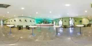 MINSK BIAŁORUŚ, LIPIEC, -, 2016: pełna bezszwowa bańczasta panorama 360 stopni wędkuje Wśrodku wnętrza mały kawiarnia bar 360 pan zdjęcia stock