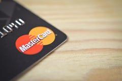 MINSK BIAŁORUŚ, Luty, - 22, 2017 Kredytowa karta z MasterCard logem na stole Copyspace Fotografia Stock