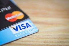 MINSK BIAŁORUŚ, Luty, - 22, 2017 Wiza i Mastercard logowie na kredytowych kartach Drewniany tło piękny taniec para strzału kobiet Zdjęcie Stock