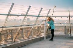 Minsk, Białoruś Młoda Kobieta Patrzeje moneta Działającego teleskop Obraz Stock