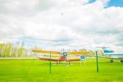 MINSK BIAŁORUŚ, MAJ, - 01, 2018: Na wolnym powietrzu muzeum stary lotnictwo cywilne blisko Minsk lotniska An-2 jest Radzieckim bi Zdjęcia Stock