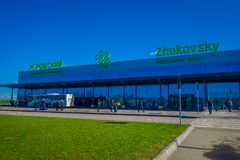MINSK BIAŁORUŚ, MAJ, - 01 2018: Niezidentyfikowani ludzie chodzi używać zwyczajnego skrzyżowanie Zhukovsky zawody międzynarodowi Fotografia Stock