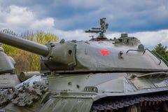 MINSK BIAŁORUŚ, MAJ, - 01, 2018: Ogromny zbiornik, militar pojazd, lokalizować przy historycznym kulturalnym kompleksem dzwonił S Zdjęcia Stock