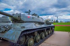 MINSK BIAŁORUŚ, MAJ, - 01, 2018: Ogromny zbiornik, militar pojazd, lokalizować przy historycznym kulturalnym kompleksem dzwonił S Obraz Stock