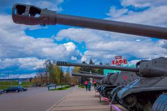 MINSK BIAŁORUŚ, MAJ, - 01, 2018: Ogromny zbiornik, militar pojazd, lokalizować przy historycznym kulturalnym kompleksem dzwonił S Fotografia Stock