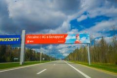 MINSK BIAŁORUŚ, MAJ, - 01, 2018: Piękny plenerowy widok pouczający podpisuje wewnątrz autostradę lotnisko Minsk przeciw Fotografia Stock