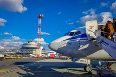 MINSK BIAŁORUŚ, MAJ, - 01 2018: Plenerowy widok unidentiifed ludzie wsiada tupolev Tu-154 EW-85741 Belavia linie lotnicze Zdjęcia Royalty Free