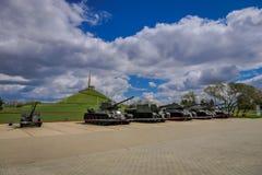 MINSK BIAŁORUŚ, MAJ, - 01, 2018: Plenerowy widok wystawa militarny wyposażenie i zbiorniki od drugiej wojny światowa z Obrazy Royalty Free