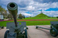 MINSK BIAŁORUŚ, MAJ, - 01, 2018: Plenerowy widok wystawa militarny wyposażenie od drugiej wojny światowa blisko pomnika Obraz Royalty Free