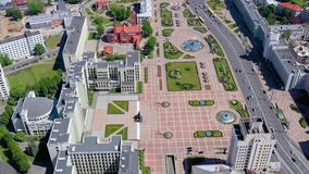 MINSK BIAŁORUŚ, MAJ, -, 2019: Powietrzny trutnia strzału widok centrum miasta Niazaleznasci kwadrat z góry zdjęcie wideo