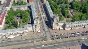 MINSK BIAŁORUŚ, MAJ, -, 2019: Powietrzny trutnia strzału widok centrum miasta Stacji kolejowej i miasta bramy z góry zdjęcie wideo