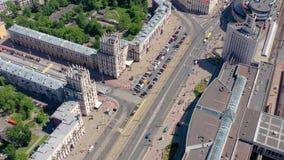 MINSK BIAŁORUŚ, MAJ, -, 2019: Powietrzny trutnia strzału widok centrum miasta Stacji kolejowej i miasta bramy z góry zbiory wideo