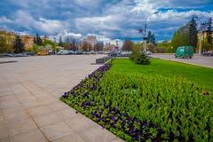 MINSK BIAŁORUŚ, MAJ, - 01, 2018: Zamyka up kolorowi kwiaty z widokiem przy środkową ulicą niezależności aleja Obraz Royalty Free