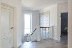 MINSK BIAŁORUŚ, STYCZEŃ, - 2019: drewniany ślimakowaty schody w jaskrawym wnętrzu w wakacje domu fotografia stock