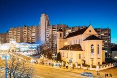 Minsk, Białoruś Wieczór nocy widok katedra Święci apostołowie Sts Peter i Paul Na Iluminującej Nemiga ulicie Fotografia Royalty Free