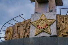 MINSK, BIELORRÚSSIA - 1º DE MAIO DE 2018: Carved protagoniza no complexo memorável de Khatyn do monte da glória, monumento da seg fotografia de stock royalty free