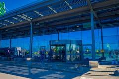 MINSK, BIELORRÚSSIA - 1º DE MAIO DE 2018: Opinião exterior os povos na entrada do aeroporto internacional de Zhukovsky, com uma r Imagem de Stock