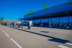 MINSK, BIELORRÚSSIA - 1º DE MAIO DE 2018: Opinião exterior povos não identificados no aeroporto internacional de Zhukovsky, const Foto de Stock Royalty Free