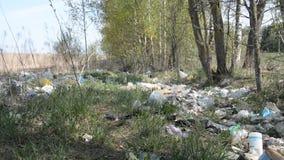 Minsk, Bielorrússia - 1º de maio de 2019: A poluição do ambiente pelo plástico e pelo lixo video estoque
