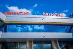 MINSK, BIELORRÚSSIA - 1º DE MAIO DE 2018: Vista abaixo exterior do aeroporto internacional de Zhukovsky, com uma reflexão no vidr Foto de Stock